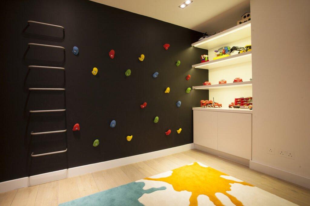 τοίχος αναρρίχησης στο παιδικό δωμάτιο