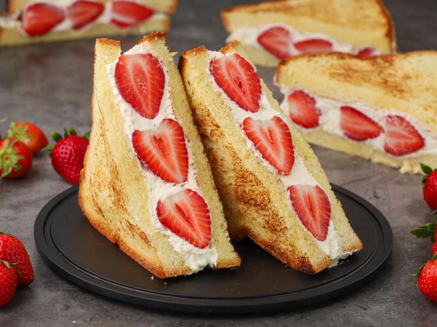 Σάντουιτς sando με φράουλες by Giorgos Tsoulis